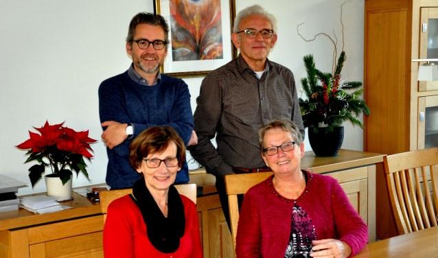 Het team van de Alphacursus. Johan en Arja den Dekker staan en zitten rechts, aan de linkerkant Laurens Heijboer en Marianne Theunisse. (foto: pr)