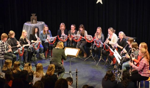 In hun eigen CKB Theaterzaal, maar ook op andere locaties brengen de CKB-cursisten jong en oud in de juiste kerstsfeer met zang, snaren, toetsen en nog veel meer.FOTO: PR