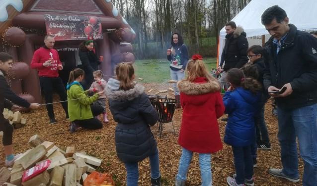De kinderen mochten broodjes bakken boven het vuur.