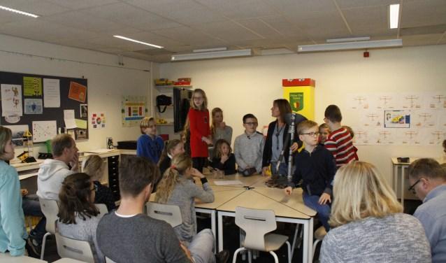 De leerlingen presenteerden het verslag van hun excursie aan de schooldirecteuren.