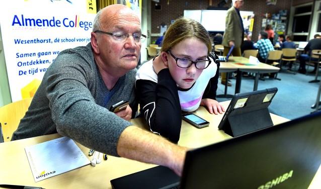 Nora ter Voert (12) en haar 62-jarige opa Matthie Kaak uit 's-Heerenberg in opperste focus op de opdrachten. (foto: Roel Kleinpenning)