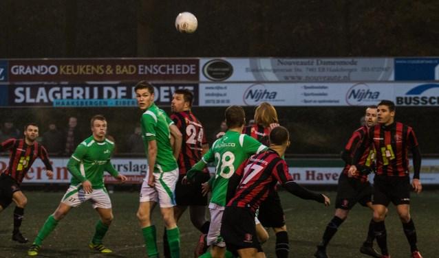 Tom Veldhuis kopt de bal door, maar zijn actie levert geen doelpunt op. Foto: Wim Busschers