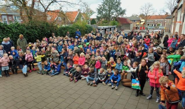 De kinderen van Kindcentrum De Schalm wachten op de presentatie van de tekeningen voor hun nieuwe schoolplein. Hopelijk kan het plein in de zomervakantie van 2018 aangelegd worden.