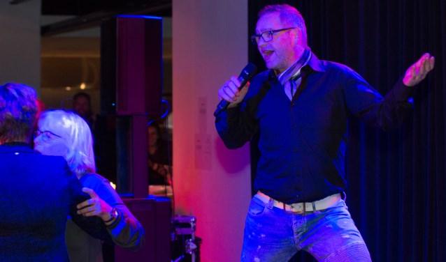Richard bracht, ondersteund door Tim en Dick van Dimotech, de sfeer er goed in met zijn liedjes (Foto: Lynda Bekhuis)