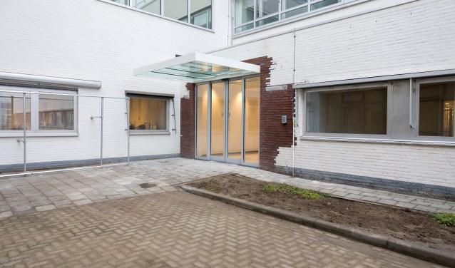Via de nieuwe achteringang kunnen de bezoekers van het Bravis in Bergen op Zoom voortaan vanuit de parkeergarage snel en gemakkelijk het ziekenhuis bereiken. Dit voorjaar zal dit pad nog overdekt worden.
