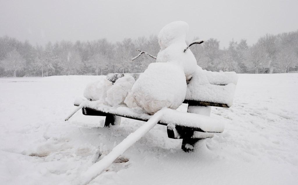 Ook een sneeuwman wil wel eens even rusten met de kinderen...  © Persgroep