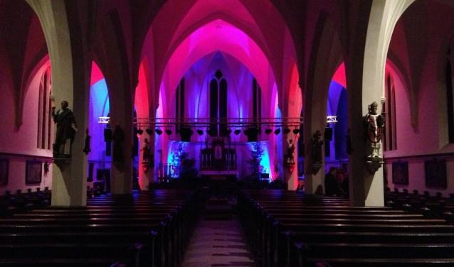 De kerk is prachtig uitverlicht tijdens het kerstconcert