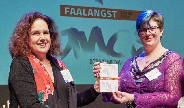 Barbara van der Waarde (rechts) ontvangt haar boek 'Faalangst' uit handen van Josina Intrabartolo van uitgeverij Scrivo Media.