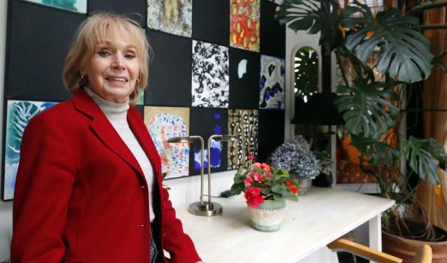 Josje Manden in de serre met op de achtergrond een schilderij bestaande uit losse panelen van Jacques Slegers. Foto: Bert Jansen