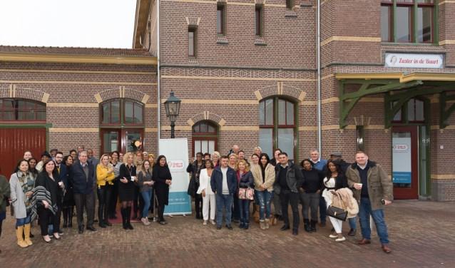 Een gedeelte van franchisenemers voor het stationsgebouw in Ede. (Foto: Johan Swaneveld)