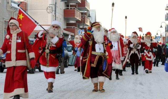 Kerstmannen uit alle hoeken van de wereld komen ieder jaar samen in het Zweedse gedeelte van Lapland. Derde van links, op de achtergrond, is Stefan Veroude uit Netersel. Hij won de wedstrijd drie keer.