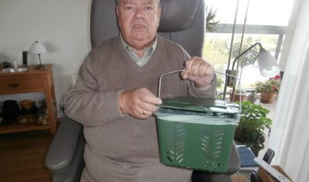 Bewoner Cor Hagestein met het afvalbakje. (Foto's: Privé)