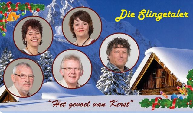 Enkele leden van Die Slingetaler luisteren het laatste kerstfeest op in Brinkheurne.
