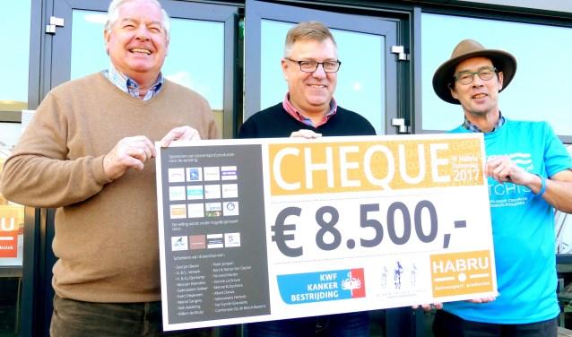 Trots poseren van links naar rechts Wim Hendriksen, Hans Bruns en Sjef Smeets met de cheque van 8500 euro, die verdeeld wordt tussen BIHZ en Matchis (foto: Jan Kraaijenbrink)