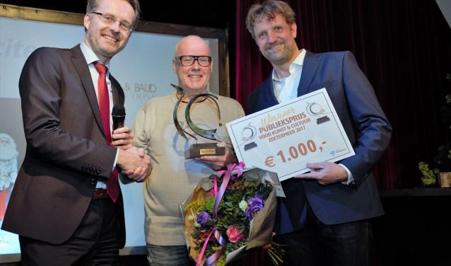 Gerard Zijlstra ontvangt de prijs van wethouder Paalvast en Ruud Steggerda. Foto: Fred Roland
