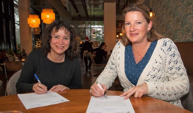 Links Mariëtte Bloem (voorzitter van Het Kunsthuis) en rechts Wieneke Dijkstra (Philadelphia). (FOTO: Cees van Meerten/FotoExpressie)