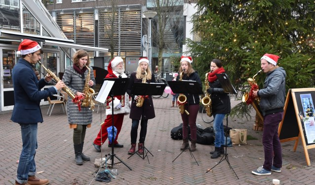 De studenten van Saxplosief spelen zaterdag van 11.00 tot 12.30 uur net als vorig jaar op het Serreplein. Daarnaast is er twee dagen lang veel kerstmuziek te horen in de stad. Foto: Jan Elsenaar