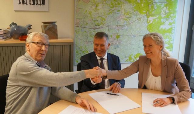 De prestatieafspraken worden ondertekend door voorzitter A.A. van der Woude van Huurdersvereniging Barneveld, directeur-bestuurder mevrouw L. Brouwer-de Jong van Woningstichting Barneveld en de wethouders A. de Kruijf en P.J.T. van Daalen van Barneveld.