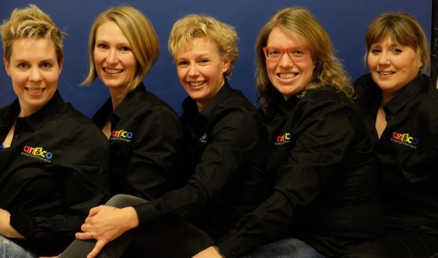 Bijschrift: Het team van enthousiaste vak-idealisten staat klaar voor jou en jouw kind. Van links, naar rechts: Ellen, Annika, Adra, Carola en Petra. Foto An&C0
