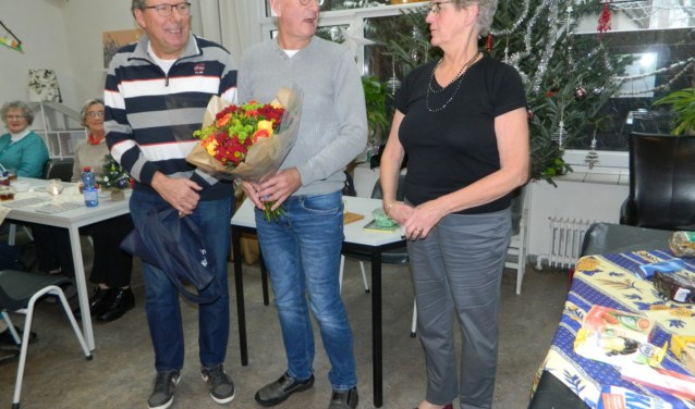 """Nel Brussee (Hier met haar trouwe helpers Ton Kwakkenbos en Gerrit Vervat) deed 18 jaar de bingo. """"Het was een hele gezellige tijd,"""" zegt Nel die nu is gestopt met bingo. FOTO: Marcel Bos"""