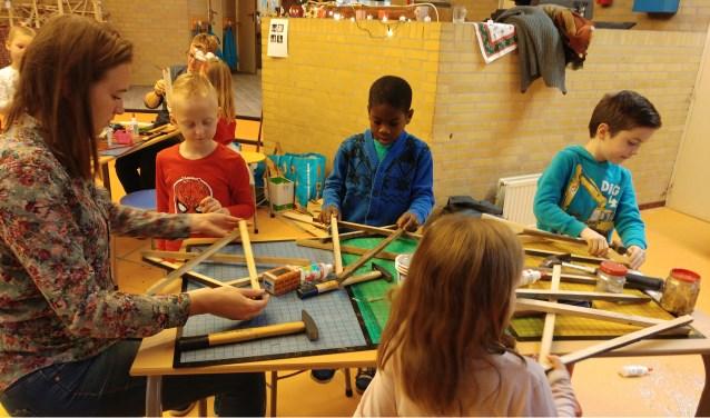 Er werden zelfgemaakte houten kerstobjecten verkocht die de kinderen in de ochtenduren hadden gemaakt.