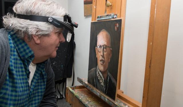 De Eper kunstschilder Ben Aa restaureert momenteel een bijzondere schilderijenreeks die normaal in het gemeentehuis te bewonderen is. Het zijn de ex-burgemeesters van Epe. Hier inspecteert hij het schilderij dat Jan Kleintjes maakte van burgemeester Diepenhorst. (foto: Dennis Dekker)