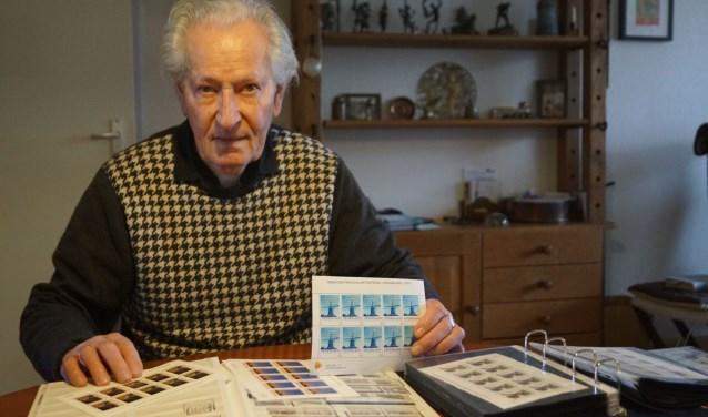 """""""Postzegels zijn echt mijn passie! Ik ben al jaren lid van de Vereniging Persoonlijke Postzegel Verzamelaars (VPPV),"""" Foto: Naomi Wijling"""