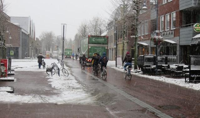 De Dorpsstraat in Bennekom moet onderdeel worden van een snelle fietsverbinding tussen Wageningen en Ede.  Inwoners zien nog de nodige obstakels op de weg. Foto: Doriet Willemen
