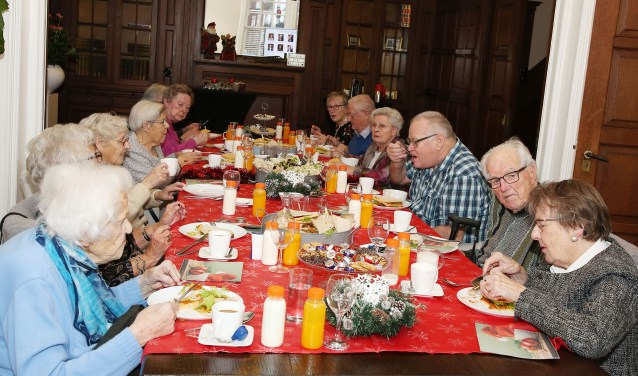 De gasten van 'Met je hart' werden door het personeel van Duisenburgh warm onthaalt op de kerstbrunch half december. Ze genoten van de ambiance en het eten. Foto: Theo van Sambeek