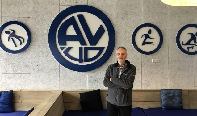 Gerard voor het logo van zijn club AV'40 (Foto: Annemarie de Vries)