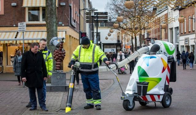 De straatstofzuiger voor het eerst in gebruik. (Foto: Jan Bouwhuis)
