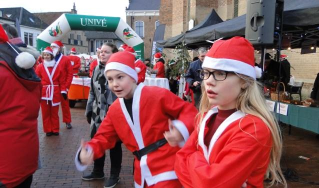 Lochems centrum kleurde zaterdagmiddag helemaal rood vanwege een paar honderd kerstmannen. Zij deden mee aan de Santa Run.
