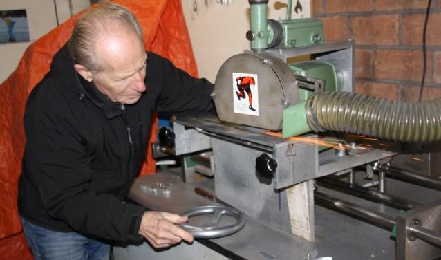 Hans Vollenbroek met zijn slijpmachine. In zijn vrije tijd was Hans een fanatiek wedstrijdschaatser, maar hij ergerde zich eraan dat zijn schaatsen zelden fatsoenlijk geslepen werden. Deze slijpmachine maakte hij daarom zelf.