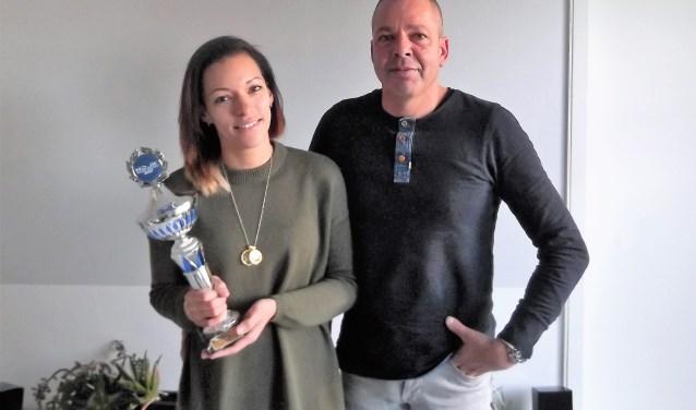 De winnares 'dance and trance' van de Nederlandse DJ Kampioenschappen Cynthia Laclé toont haar trofee. Rechts van haar staat haar partner François Rodriguez