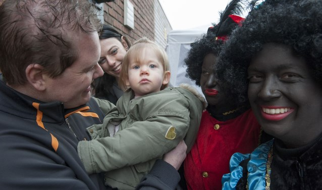 Kinderen komen in Randwijk naar de werkplaats van Sinterklaas. Buiten worden ze opgewacht door Zwarte Pieten. Binnen kunnen de kinderen een eigen pietendiploma behalen. (foto: Ellen Koelewijn)