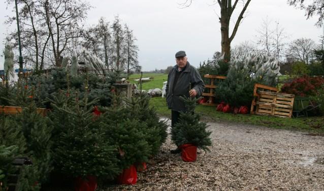 Leen Achterberg met zijn kerstbomen. (Foto: www.AtelierAmbrosius.nl)