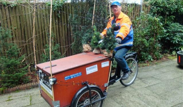 Arie assisteert het team van BuurtPreventie Albrandswaard waar hij kan. Zo verzorgt hij de catering voor de verkeersregelaars tijdens evenementen. Hij heeft zijn bakfiets vrolijk versierd met kerstboompjes en lichtjes...