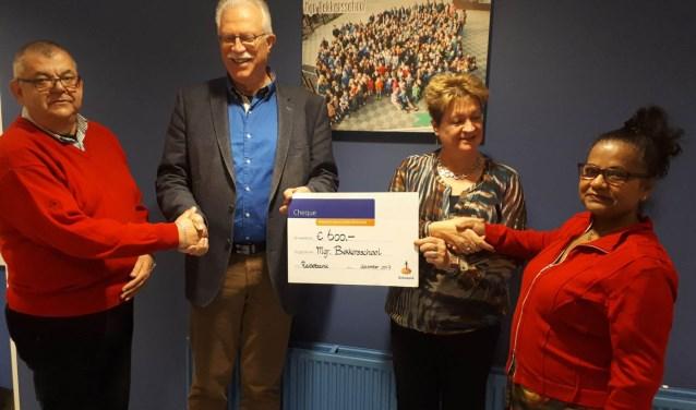 De heer en mevouw Maas (links en recht op de foto) zijn als vrijwilligers actief op de Mgr. Bekkersschool.