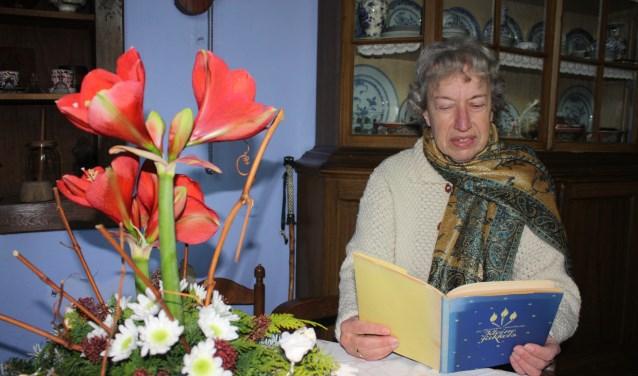 In de keuken leest Diny Schreuder midwinterverhalen voor.
