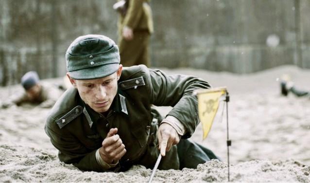Een groep jonge Duitse krijgsgevangen krijgt de opdracht landmijnen te ruimen. Met blote handen!