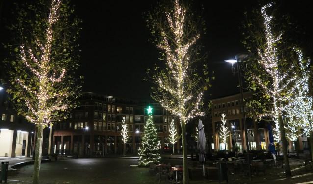 Met de kerstversiering oogt het Koningsplein nu zeer feestelijk. (tekst en foto: Geert van Someren)