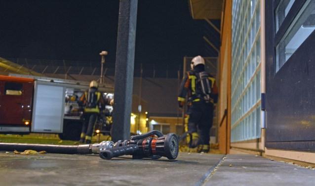 Een BHV-oefening in de gevangenis in samenwerking met de brandweer. (Foto: Ferdy de Jonge)