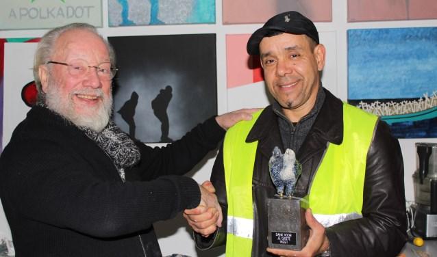 Beeldend kunstenaar Dick Versluis complimenteert vrijwilliger Mo Bardai. (Foto: Lysette Verwegen)