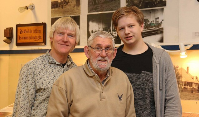 V.l.n.r. beheerder Folkert Nijboer (63), archivaris Toon van Greuningen (73) en stagiair Tom Sturing (15). FOTO: Hanny van Eerden