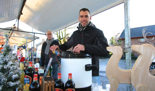 Guido Lenting is de wijnkenner bij uitstek. kerstmarkt in Gendt laat hij bezoekers proeven. In zijn winkel WijnZinnig komen mensen uit alle delen van het land voor wijnadviezen. (foto: Kirsten den Boef)
