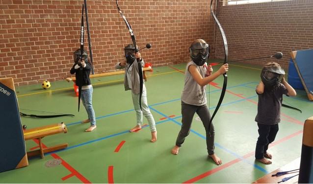 Kinderen maken tijdens de sportdag in De Schilp kennis met diverse verschillende sporten.
