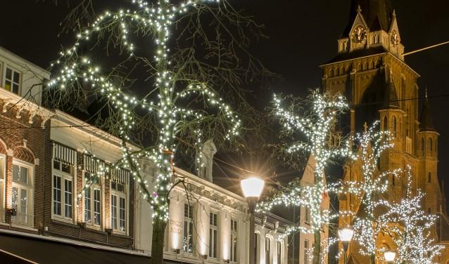 Het centrum van Tilburg is versierd met feestelijke sfeerverlichting, houtsnippers en ruim 350 versierde kerstbomen.