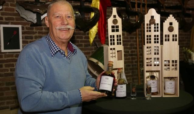 Leo Burgers met de flessen Graafse Moed (Foto: Marco van den Broek).