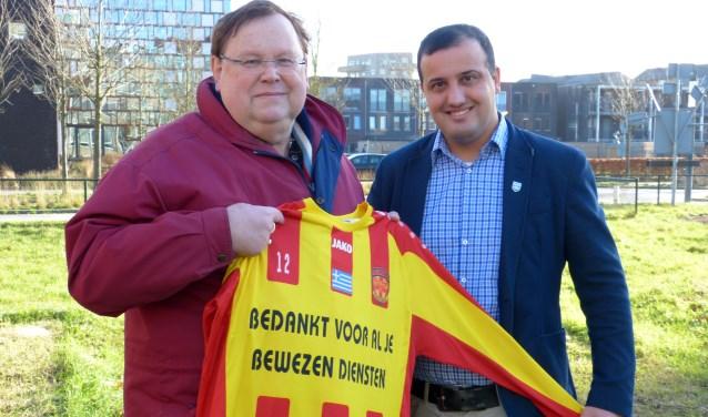 """Henny van den Berg met Johan David. """"Bij de oprichting van de club was Henny een mentor, een vaderfiguur, een vriend. FC Aramea staat nu op eigen benen, maar dat wil niet zeggen dat we Henny heel erg gaan missen."""""""