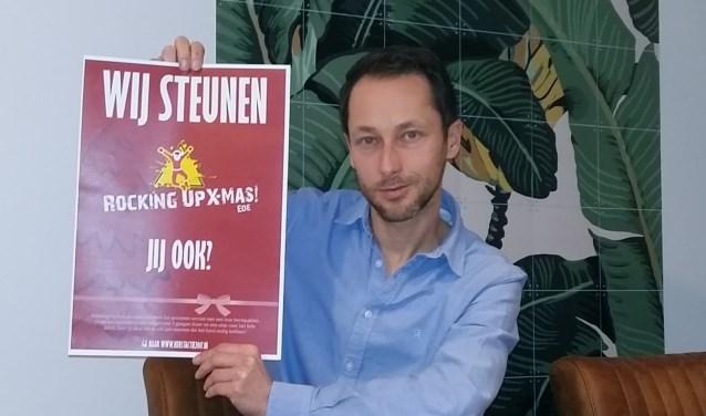 Guido Speelziek houdt een poster omhoog van Rocking Up X-mas Ede. (Foto: José van der Burg)